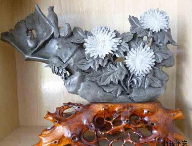 菊花石工艺品竹报平安  宝贝类别:天然菊花石 制作工艺:纯手工雕刻 宝贝功能:菊花石因含有人体必需的硒、锶、铁等多种微量元素,琢壶沏茶,馥香四溢,明目清心,署夏沁凉,严冬微温,生产出来观赏石茶具、文房四宝、花瓶、镜瓶、动物都具有很高的实用、收藏、观赏价值,更是赠送亲朋最佳礼品。 宝贝规格:长 53厘米x高 45厘米x厚 8厘米 宝贝重量:14公斤  菊花石天然稀世珍品,又名石菊花,产于湖南浏阳大溪河底岩石层中。其花蕴育于二亿多年前,因地质运动而自然形成于岩石中。亦可称取日月之精华,吸天地之灵气